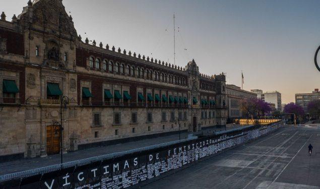 Tsunami de críticas por vallas frente a Palacio Nacional